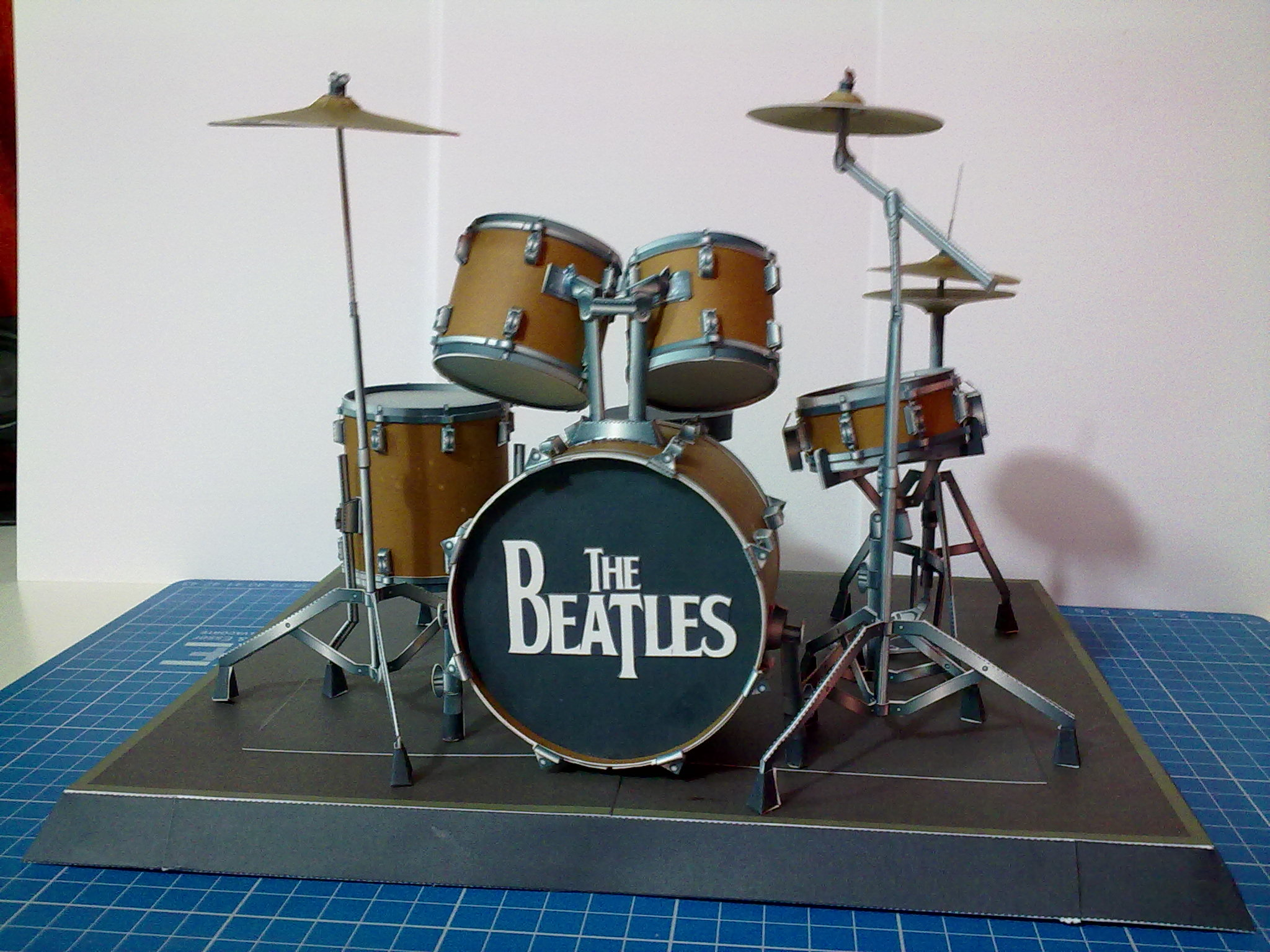 "mi batería de ""the beatles"" hecha de papel"