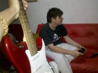 Ac, tocando la guitarra que no se tocar con @facu16ichigo 