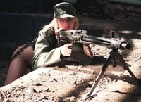 The German MG-42 Machine Gun! y una bella chica , la combinacion perfecta.
